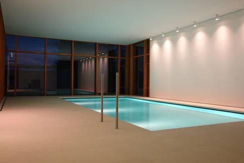 Naturstein-Pool mit Hightec-Senkboden: ausgefallener Pool von Ströhmann Steindesign GmbH