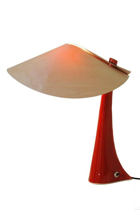 Lampe en grès rouge abat-jour en bois: Salon de style  par Thierry Noviant