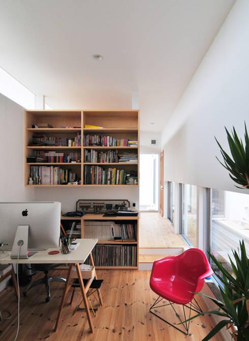 Oficinas de estilo moderno por 島田博一建築設計室