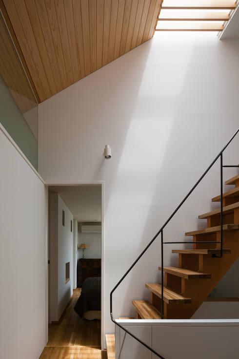 久が原の家: ブライシュティフトが手掛けた廊下 & 玄関です。
