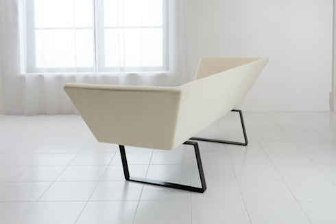 soi Sofa: Sakai Design Associateが手掛けたリビングルームです。