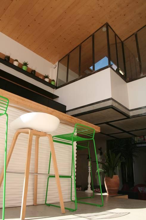 LE LOFT: Maisons de style  par Atelier Nadège Nari