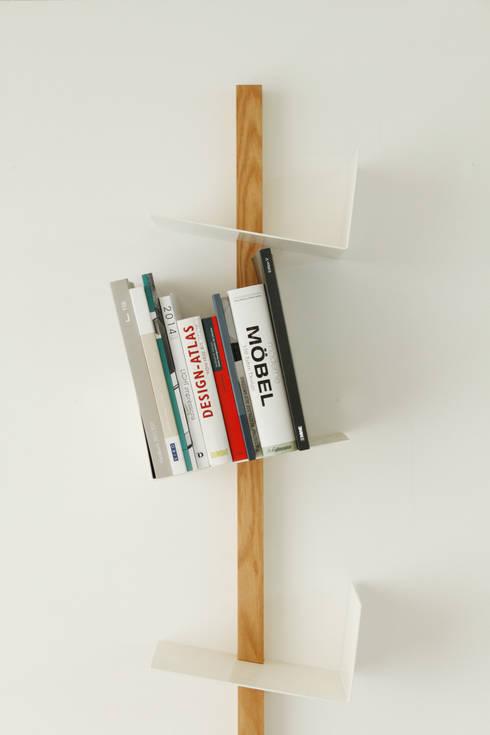 Bücherregal FRIEDRICH: minimalistische Wohnzimmer von Formfreund Holzmanufaktur