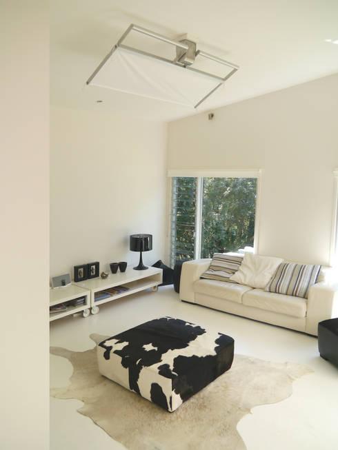 The Solitaire Punkah Breezer S: ausgefallene Wohnzimmer von Oliver Kessler Design GmbH