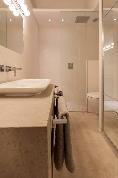 Maison de village: Salle de bains de style  par WM