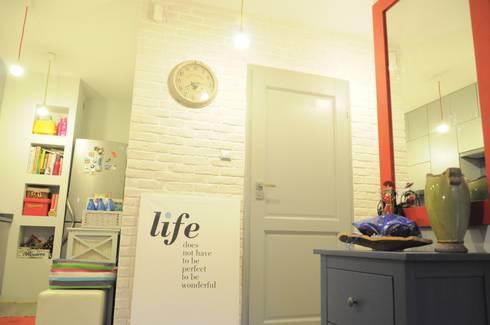 Kawalerka pozytywnej joginki: styl , w kategorii Korytarz, przedpokój i schody zaprojektowany przez Perfect Home