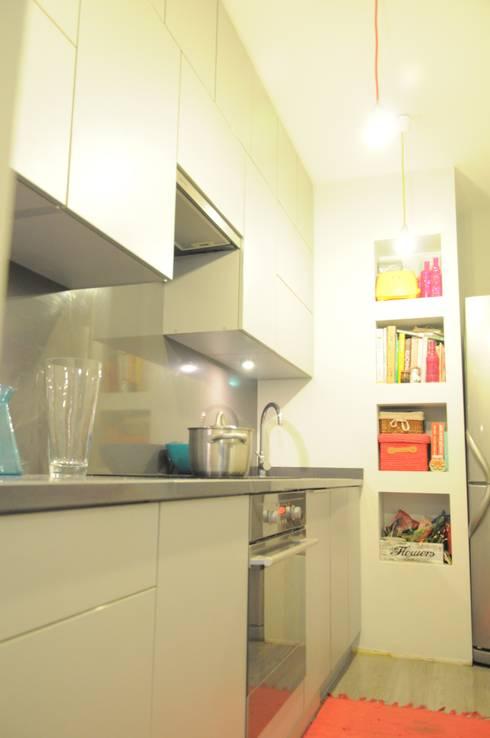 Kawalerka pozytywnej joginki: styl , w kategorii Kuchnia zaprojektowany przez Perfect Home