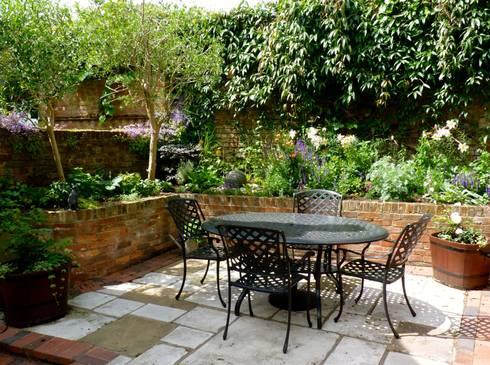 Secret Courtyard Garden:   by Cornus Garden Design