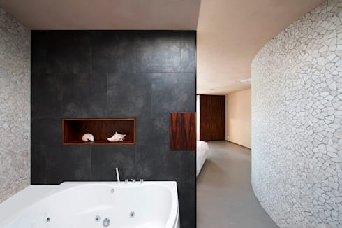 Villa Dalí: moderne Badkamer door 123DV Moderne Villa's
