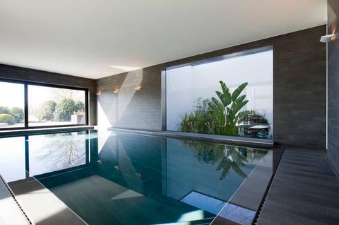 East West Villa: modern Zwembad door 123DV Moderne Villa's