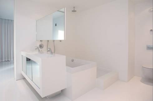 Brick Wall House: moderne Badkamer door 123DV Moderne Villa's
