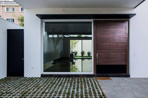 Acceso Social (existente):  de estilo  por Eugenio Adame Arquitectos