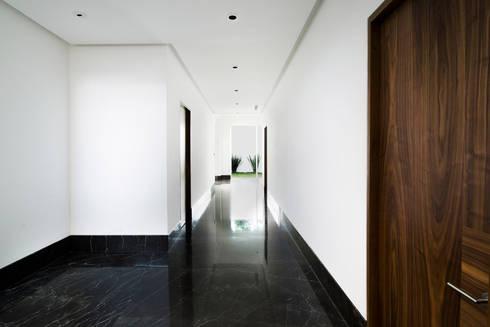 Pasillo:  de estilo  por Eugenio Adame Arquitectos