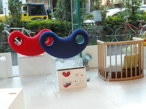 ゆ~ら    Leg pillow Yula: YUMIKA Designが手掛けたリビングルームです。