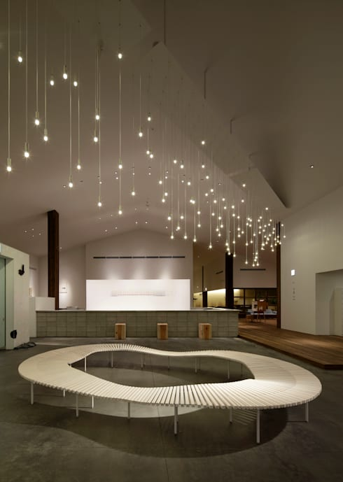 AQUA×IGNIS ロビーベンチ [ minamo ] + 照明 [ hoshiful ]: Hirota Design Studioが手掛けたインテリアランドスケープです。