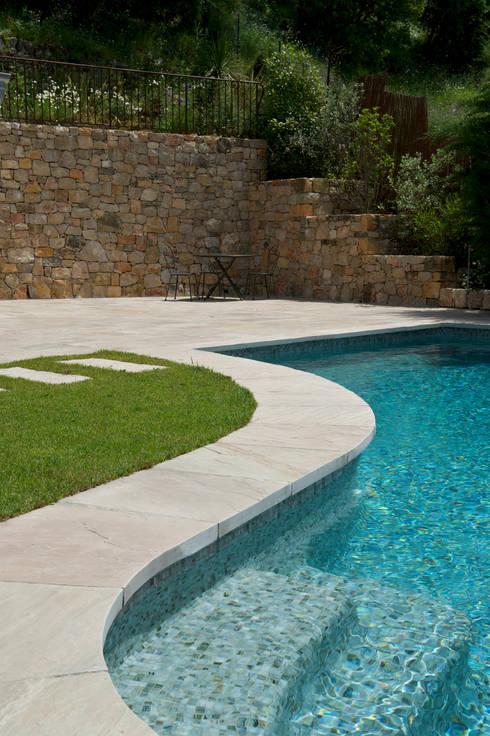 terrasse et piscine kandla gres beige par vente pierre naturelle homify. Black Bedroom Furniture Sets. Home Design Ideas