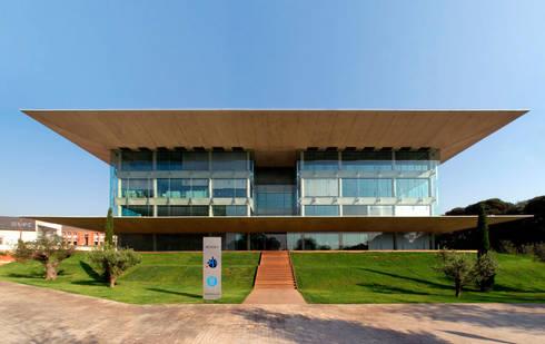 Nexus II:  de estilo  de Ricardo Bofill Taller de Arquitectura