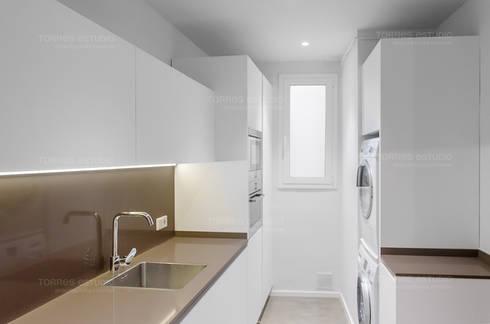 Restaurar vivienda en finca gótica: Cocinas de estilo moderno de Torres Estudio Arquitectura Interior