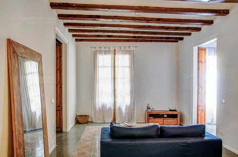 Restaurar vivienda en finca gótica: Salones de estilo rural de Torres Estudio Arquitectura Interior