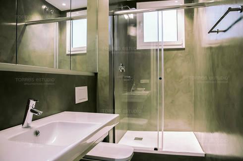 Restaurar vivienda en finca gótica: Baños de estilo moderno de Torres Estudio Arquitectura Interior