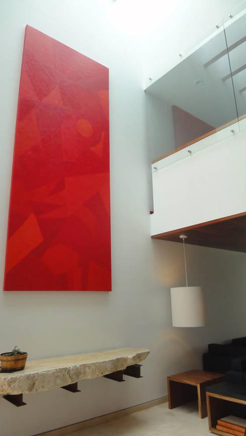 Casa AA: Pasillos y recibidores de estilo  por ze|arquitectura