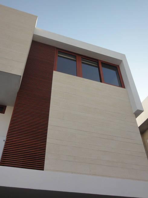 Casa AA: Casas de estilo moderno por ze|arquitectura