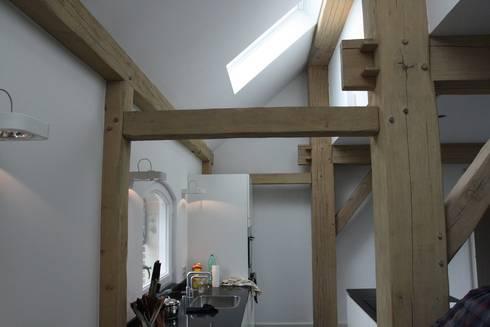 Verbouw stal bij boerderij: moderne Keuken door Architectenbureau Jules Zwijsen