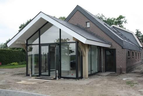 Verbouw stal bij boerderij: moderne Huizen door Architectenbureau Jules Zwijsen