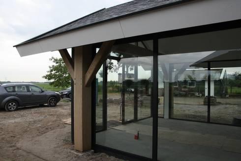 Verbouw stal bij boerderij: moderne Serre door Architectenbureau Jules Zwijsen