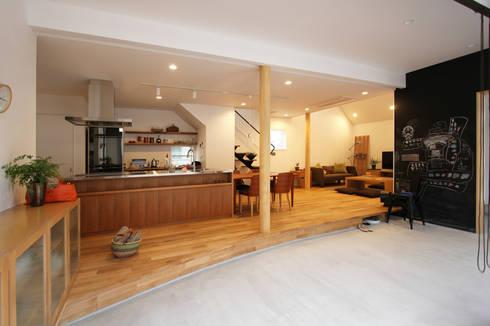 土間リビングの家: FCDが手掛けた廊下 & 玄関です。