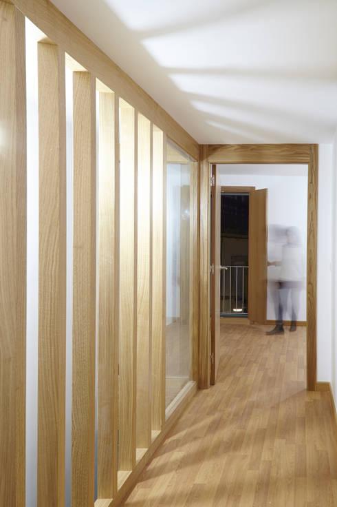 Rehabilitación y ampliación de edificio de viviendas en el Casco Vello. Vigo: Pasillos y vestíbulos de estilo  de Estudio de Arquitectura Sra.Farnsworth
