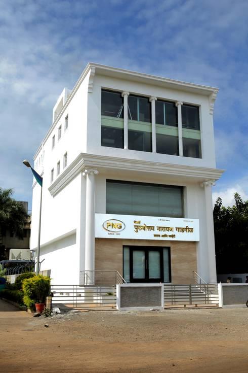 Purshottam Narayan Gadgil Showroom:   by Srujan Interiors & Architects Pvt Ltd