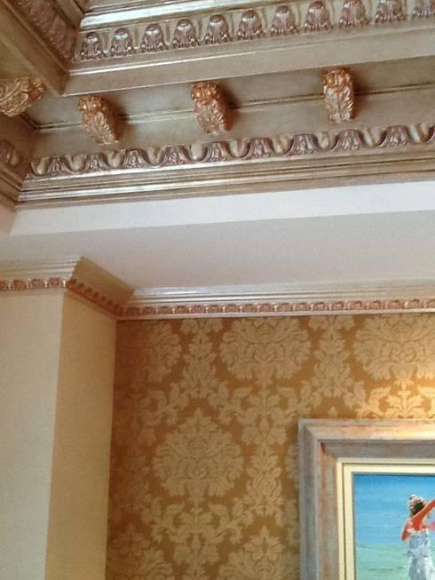 Salón Marbella.: Paredes y suelos de estilo clásico de Básico Veneciano,Arte Decorativo