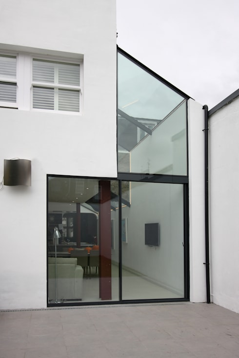Chaldon Road: modern Living room by IQ Glass UK