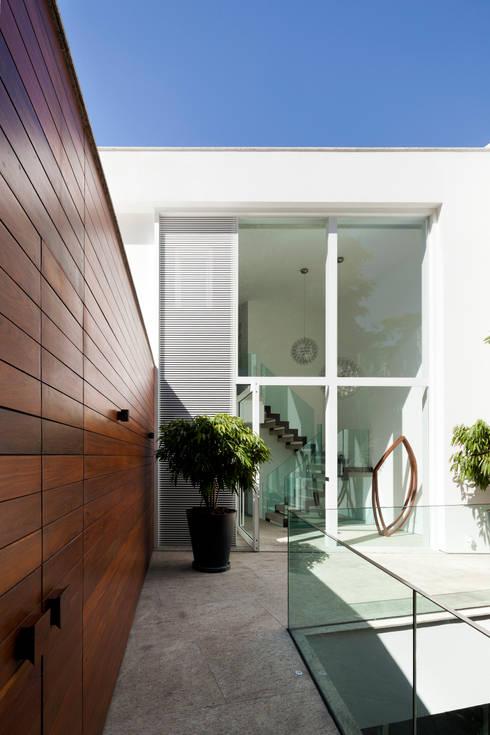 Case in stile in stile Moderno di Gisele Taranto Arquitetura
