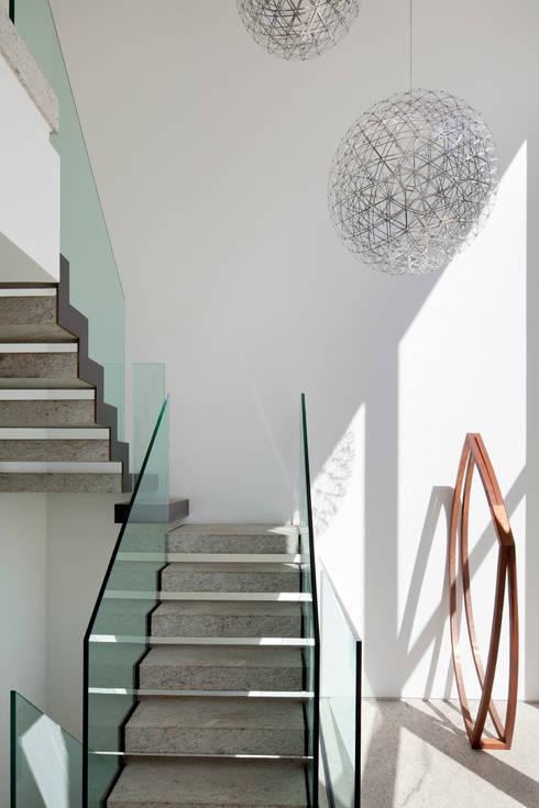 Pasillos y vestíbulos de estilo  por Gisele Taranto Arquitetura