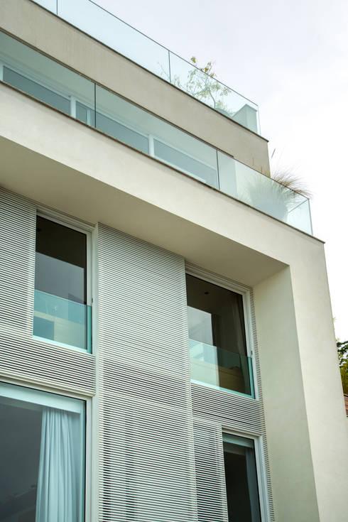 Mirante House: Casas modernas por Gisele Taranto Arquitetura