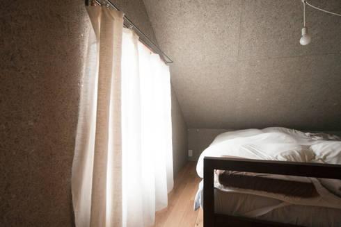 秦野ハウス Hadano House: straight design labが手掛けた寝室です。