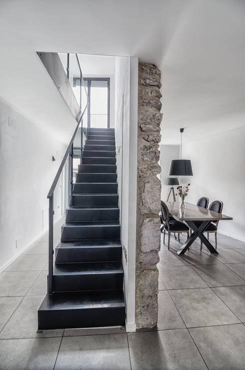 Ingresso, Corridoio & Scale in stile  di ADDEC arquitectos