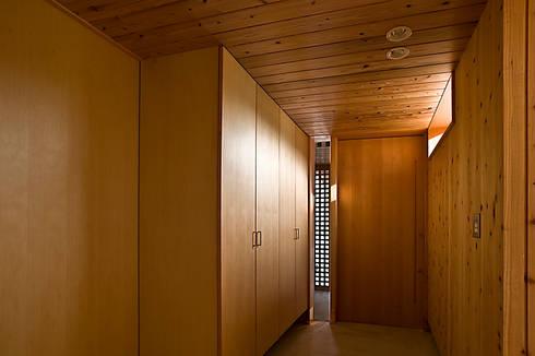 玄関: 野口修アーキテクツアトリエが手掛けたリビングです。