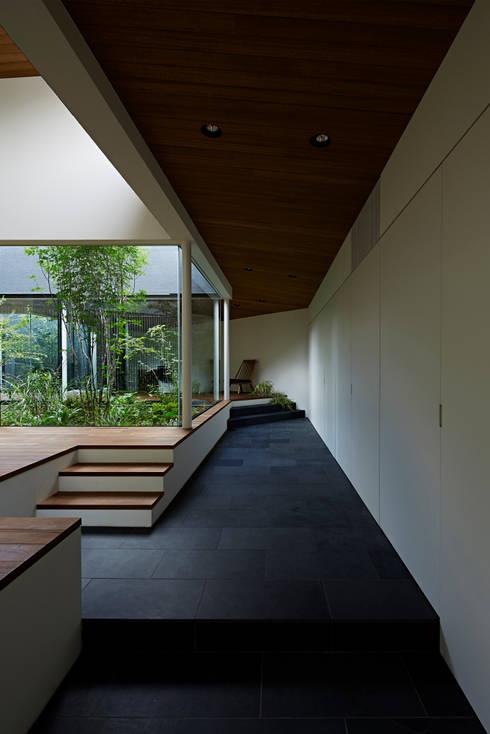 東村山の家: 石井秀樹建築設計事務所が手掛けた廊下 & 玄関です。