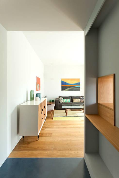 Salón: Casas de estilo  de ACABADOMATE