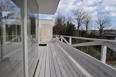 白いウッドデッキの家: Kawashima Gen Architectsが手掛けた家です。