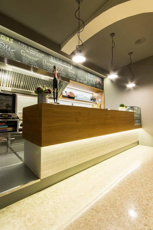 Poldo burger bar: Gastronomia in stile  di Maranco Architetti