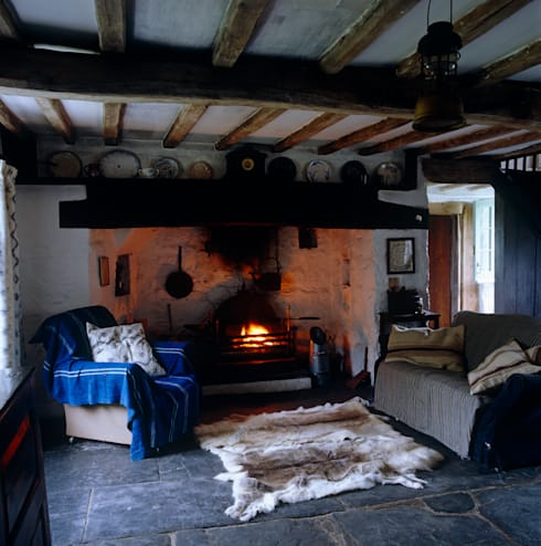 Welsh Farmhouse:  Living room by Hackett Holland