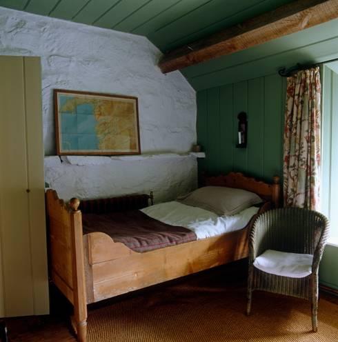 Welsh Farmhouse:  Bedroom by Hackett Holland