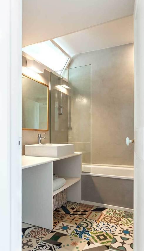 Baño: Casas de estilo moderno de ACABADOMATE