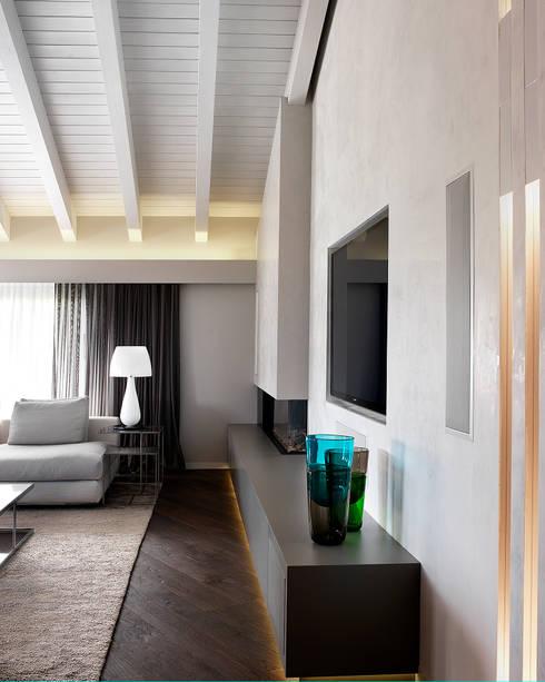 Soggiorno - dettaglio zona camino-tv: Soggiorno in stile  di Studio d'Architettura MIRKO VARISCHI