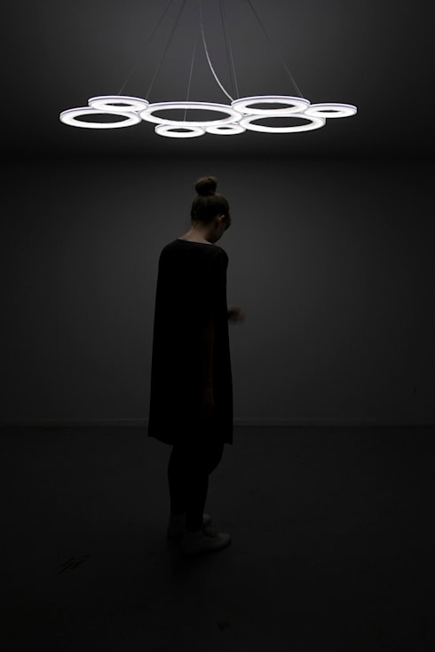 Dark Matter – A collection of lights: moderne Woonkamer door Studio Truly Truly