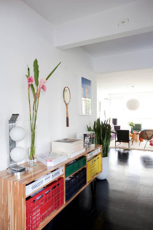 APTO ANTONIO CARLOS: Salas de estar ecléticas por Mauricio Arruda Design